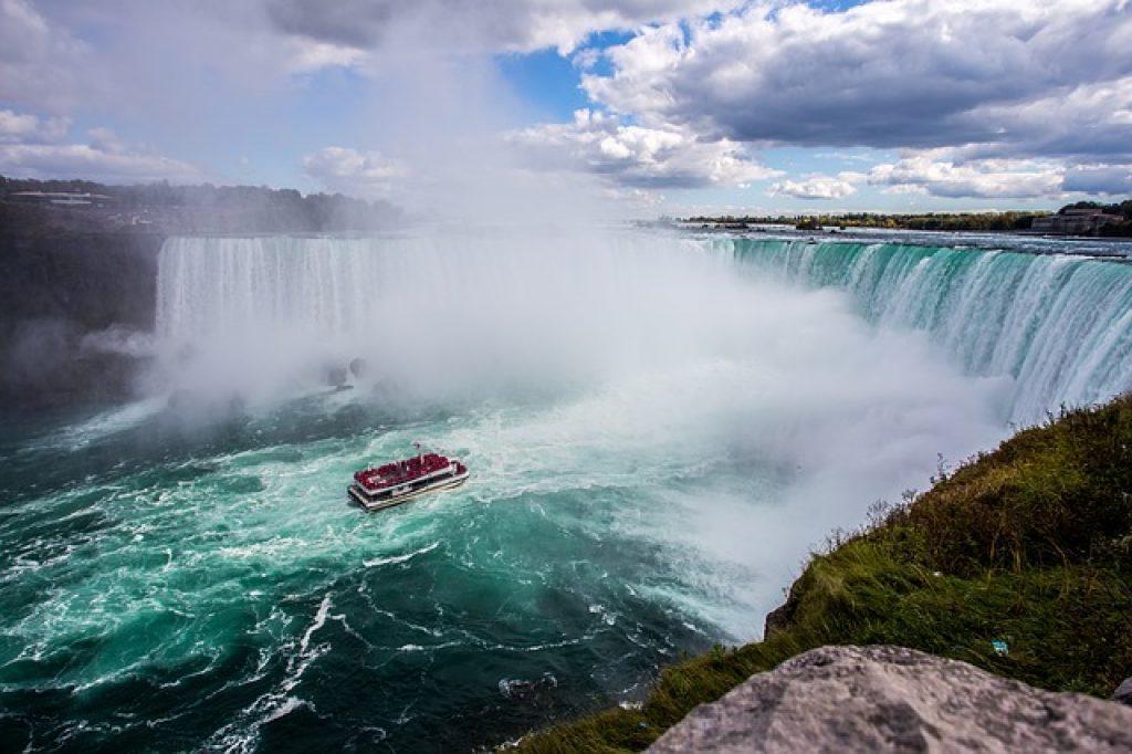 boat-niagara-falls