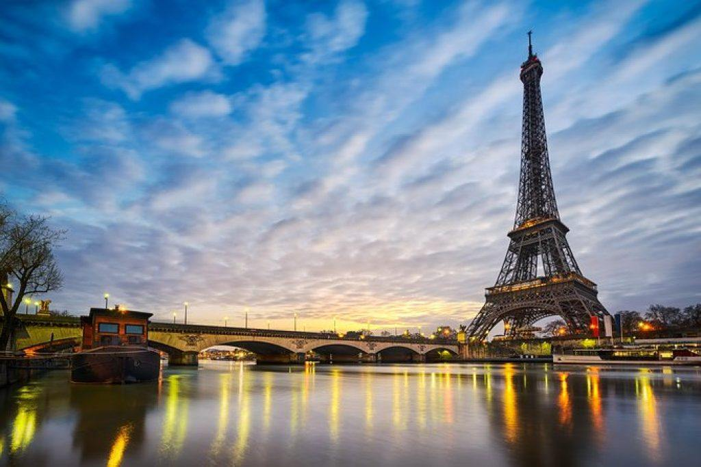 Eiffel tower in the evening with reflictions on the river